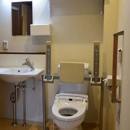 膝や腰に負担のかかる和式トイレから楽に腰かけられる洋式トイレへ