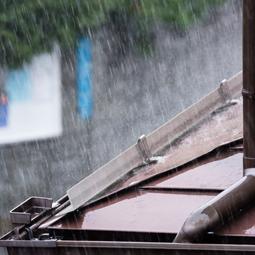 台風が原因で雨どいが詰まることも